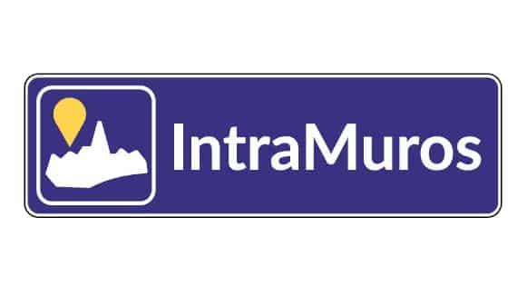 Panneau d'entrée de village informant les utilisateurs que la mairie dispose de l'application mobile IntraMuros